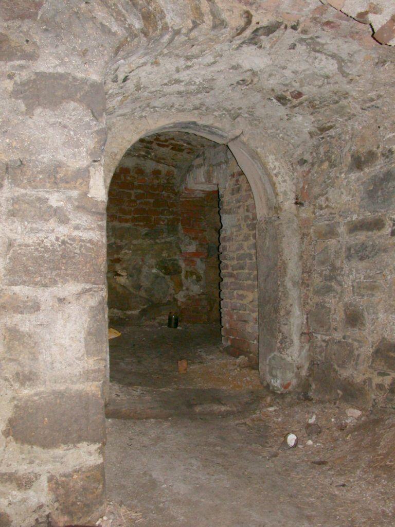 W piwnicach zachował się prosty późnośredniowieczny portal kamienny.